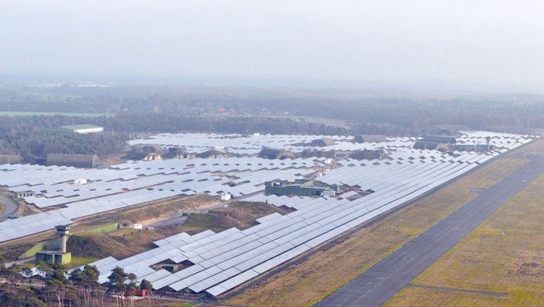 Veel zonnepanelen vlak over de grens in Duitsland, bij vliegveld Weeze. Beeld Airport Weeze