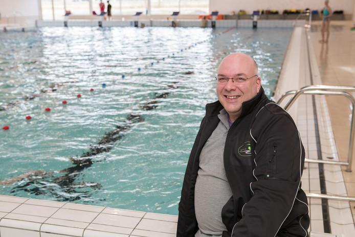 Ron du Buf, voorzitter van zwemclub HERA'11, is onaangenaam verrast door Sportbedrijf Raalte, dat met het idee voor een lucratieve cursus borstcrawl aan de haal ging.