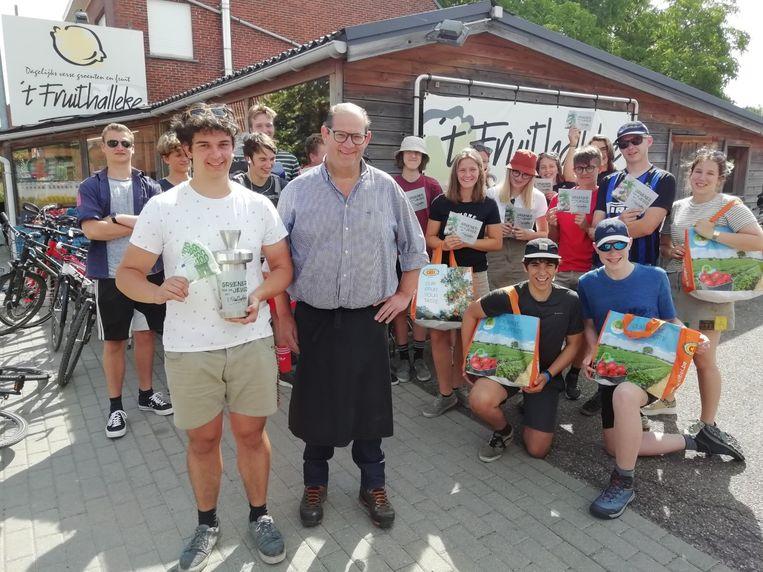 Piet Similon verzamelde in zijn fruitwinkel 500 euro voor de chiro van Testelt, die woensdag op kamp zijn vertrokken.