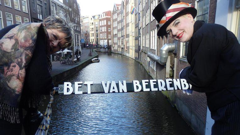 De officiële Bet van Beerenbrug, over de Oudezijds Achterburgwal. Diana van Laar (l), nicht van Bet en uitbaatster van café 't Mandje, en performer Luna Lunettes Beeld Schuim