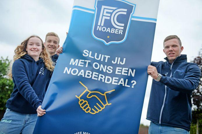 Wie sluit er een deal met FC Noaber? Vanaf links de Carmel-leerlingen Romee Stappenbelt en Mika Groot Rouwen en geheel rechts accountmanager Chiel ter Braak.