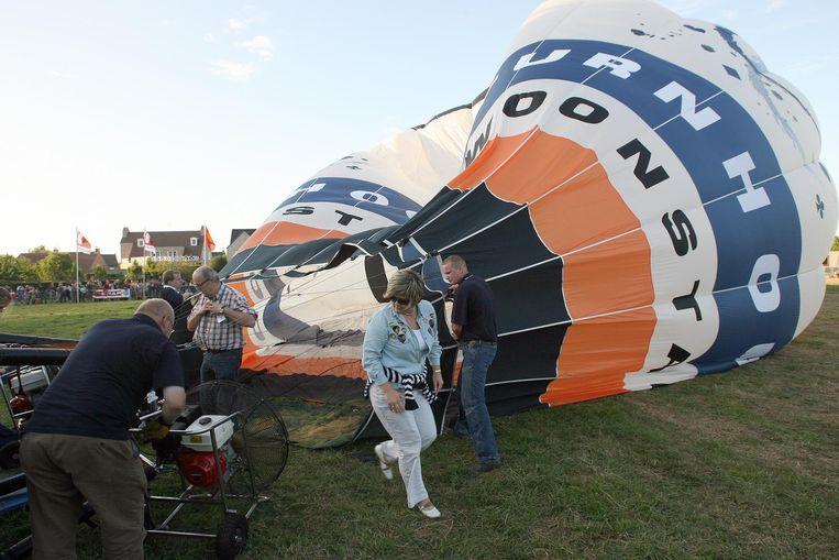 Een vertrouwd beeld in Olen: een ballon wordt klaargemaakt voor zijn vlucht.