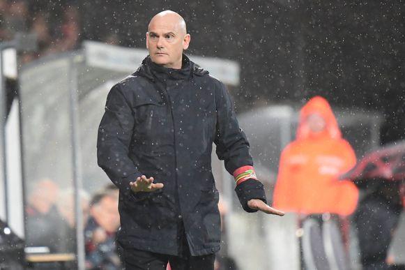 Dennis Van Wijk wordt op de laatste dag van het oude jaar aangenomen als trainer van KV Oostende. Een dikke twee maanden later wordt de Nederlander alweer aan de deur gezet.