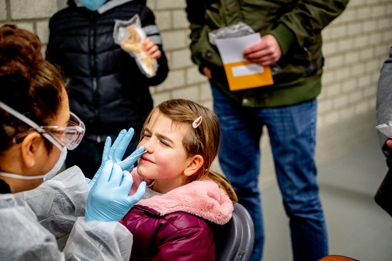 Kinderen vanaf 2 jaar worden getest in de gemeente Lansingerland na de uitbraak van de 'Britse variant' rond een basisschool in Bergschenhoek.