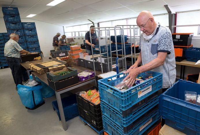 Vrijwilligers van Voedselbank Zevenaar in de weer.