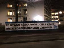 FC Eindhoven-fans hangen spandoek op bij ziekenhuis in Geldrop: 'Zorghelden zijn van goud'