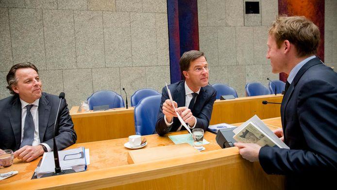 Kees Verhoeven, nummer 7 van D66, in gesprek met minister-president Mark Rutte en demissionair minister van Buitenlandse Zaken, Bert Koenders.