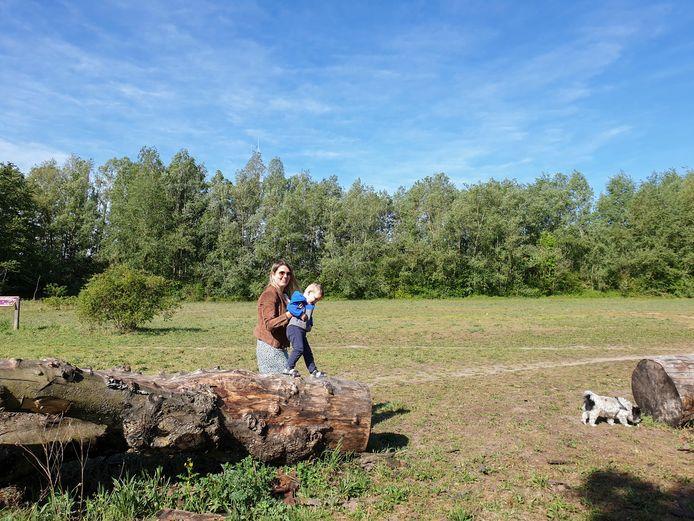 """Karen Linnenbank en haar zoontje Troy (2) gaan regelmatig met hondje Spiky wandelen in de natuur bij Achter de Hoeven. """"Het zou jammer zijn als de natuur hier moet wijken voor huizen"""", zegt Linnenbank."""