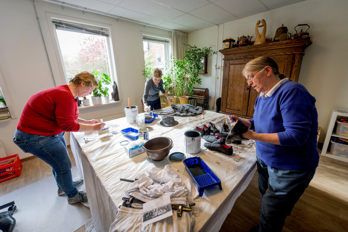 Odette Evers, Lia van Oostrom en Ria van Leuteren werken aan de tientallen kostuums voor het nabootsten van de historische elftalfoto van NEO.
