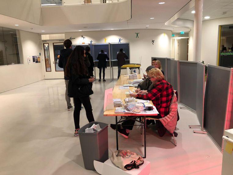 De vrijwilligers van het stembureau IKC Noordrijk in de Bongerd zitten er al vanaf half 8 vanochtend Beeld Vincent Smits