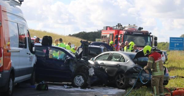 Tien gewonden bij ernstig ongeval in Zeeland, bestelbus rijdt in op file.