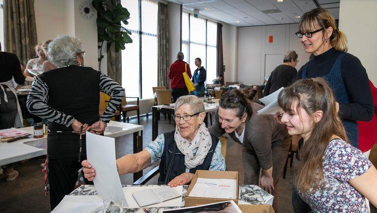 Scholier Luca Luinge die graag luistert naar de verhalen van haar partner Miep Meijer-Verkleij Beeld Dingena Mol