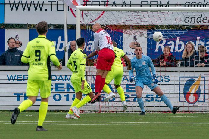 Kay Tejan (midden, rood-wit shirt) kopt namens Kozakken Boys de 1-1 tegen de touwen.