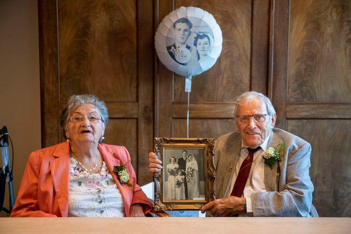 Echtpaar de Pater-Vink is 70 jaar getrouwd. Burgemeester Verhulst kwam ook langs om het echtpaar te feliciteren.