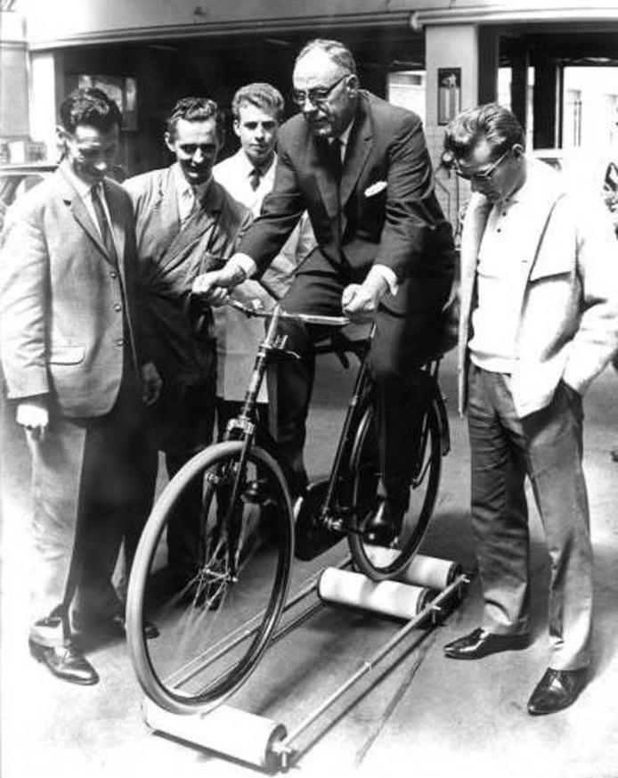 Op zijn 65ste verjaardag kreeg Toine Mazairac een rollerbank. Rechts kijkt Jan Jansen toe.