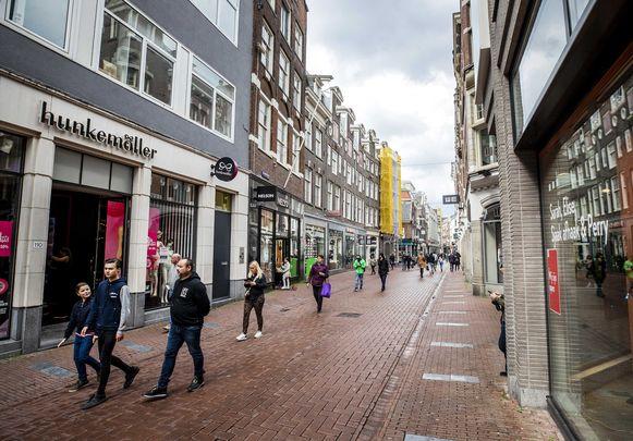 Winkelen in de Kalverstraat in Amsterdam. Het kon nog, maar het was veel minder druk de voorbije maanden dan anders.