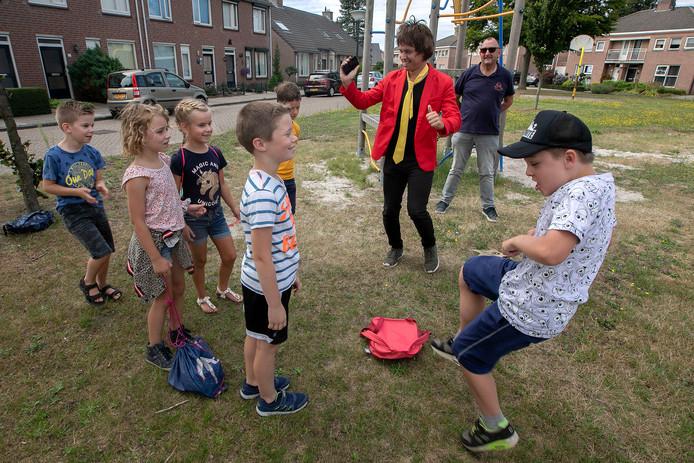 Jan Ras (met zonnebril) is 40 jaar actief voor van Kindervakantiewerk Budel.