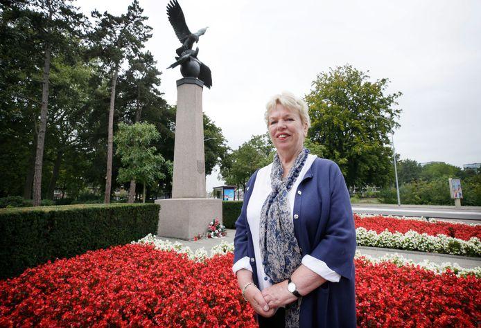 Letta Karskens bij het oorlogsmonument in het Wilhelminapark in Zandberg.