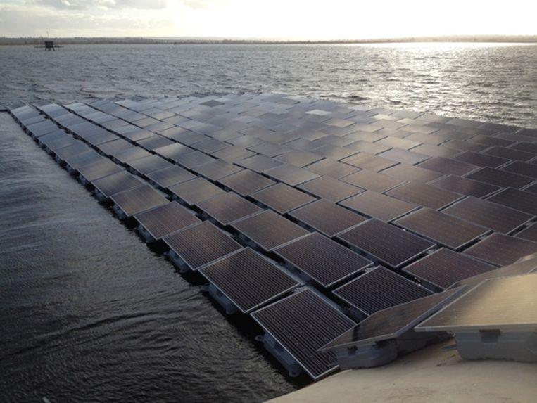 Deel van het drijvende zonnepark in het Queen Elisabeth II-reservoir ten zuidwesten van Londen, aangelegd door waterbedrijf Water Thames. Beeld Water Thames