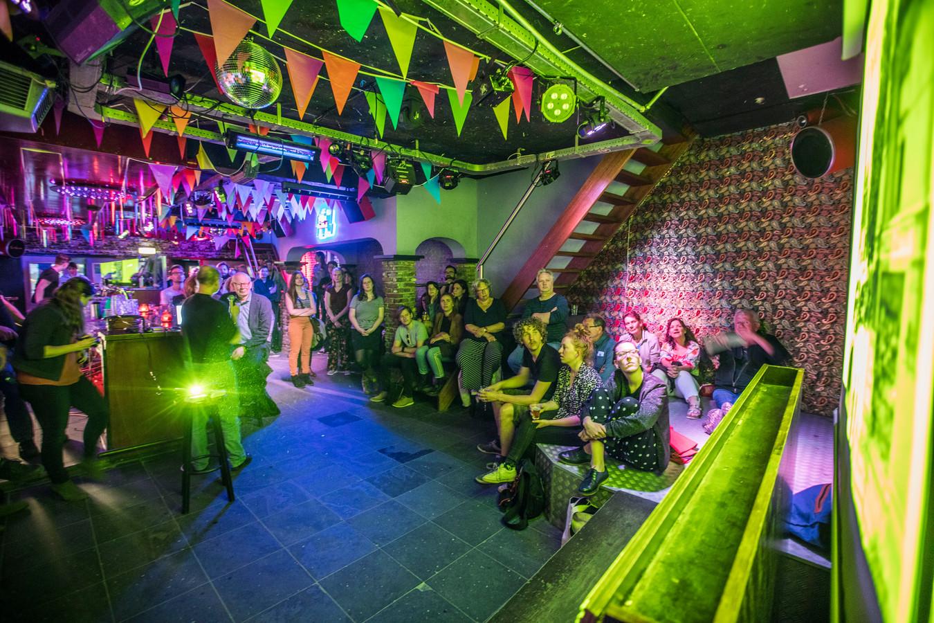 Het college in café Sands aan het Stratumseind over de historie van Eindhoven.
