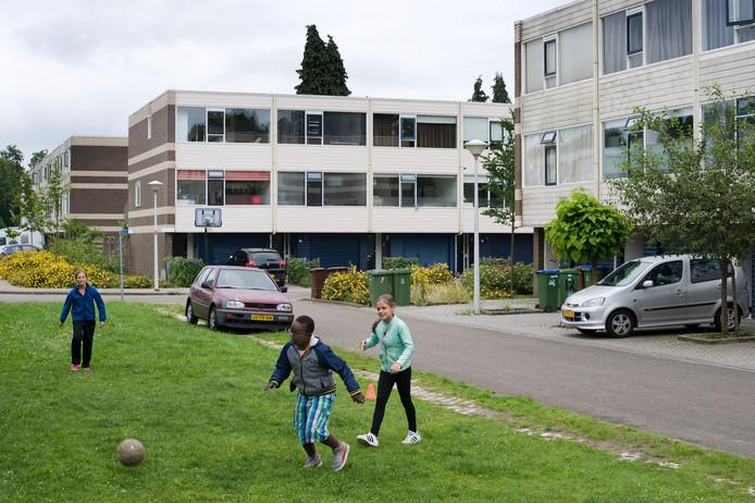 Voetballende kinderen in de wijk Veldhuizen in Ede.