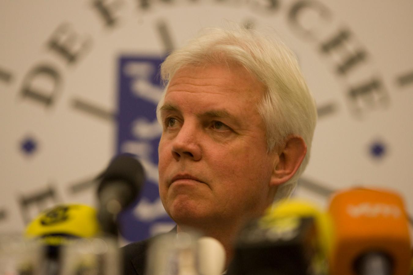 Wiebe Wieling tijdens de persconferentie in 2012 waarop hij vertelde dat de Elfstedentocht niet door kon gaan.