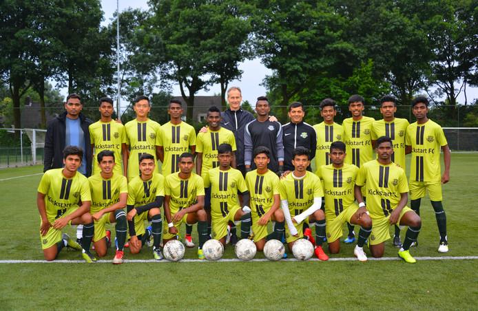 De spelers van Kickstart FC. Met Ryan Wilfred op de achterste rij, tweede van links. En trainer Lars Söensen in het midden met zijn handen op de schouders van twee spelers.