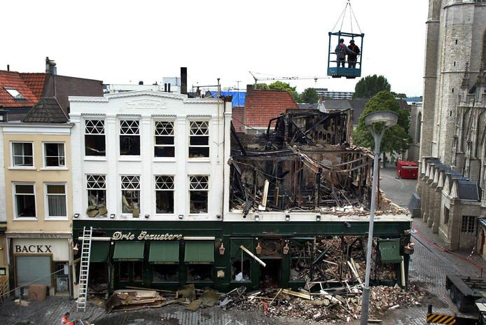 Eetcafe De Drie Gezusters op de Grote Markt in Breda is volledig door brand verwoest. De brandweer is erin geslaagd de naastgelegen panden te behouden. Een sloopbedrijf heeft vrijdagochtend uit veiligheidsoverwegingen de voorpui van het horecapand neergehaald.