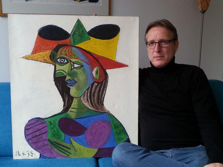 Arthur Brand met het schilderij van Picasso. Beeld Tetteroo