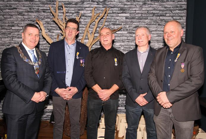 Vier vrijwillige brandweerlieden koninklijk onderscheiden.