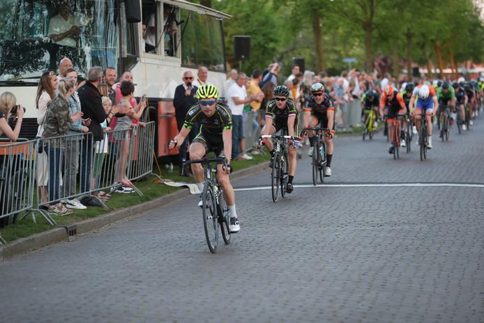 Johim Ariesen wint de Ronde van de Vijver in Hengelo.