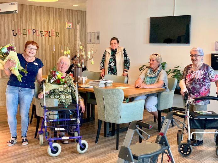 Bewoners van woonzorgcentrum Vita in Rijen stralen als ze een bos bloemen krijgen.