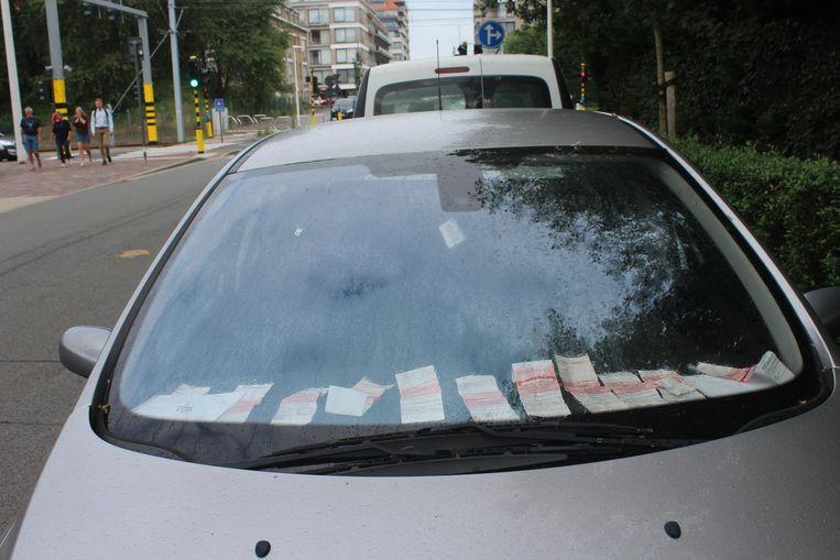 Elf boetes achter de voorruit van de Peugeot in de Zeelaan in Nieuwpoort.