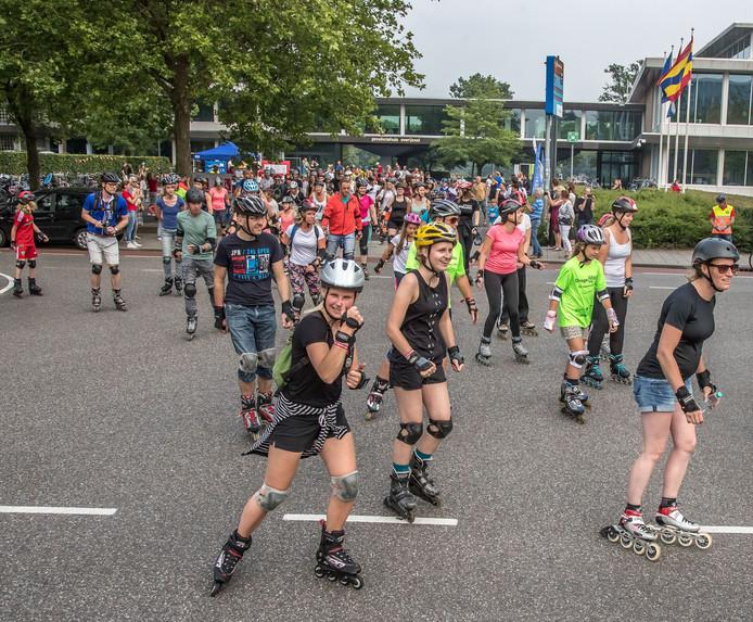 ZwolleEerste Zwolse Nightskate event van start met ruim 100 deelnemers was de organisatie erg tevreden De deelnemers skaten voor een toch van elf kilometer FotoPersBuro Frans Paalman Zwolle © 2017