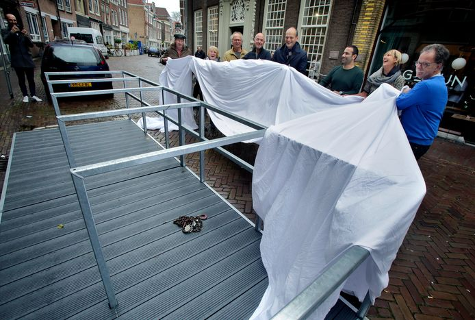 De onthulling van een fietsvlonder bij restaurant Het Magazijn in november 2018.