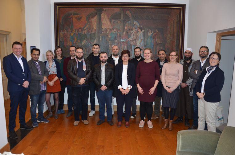 De moskeegidsen mochten hun diploma in ontvangst nemen op het stadhuis van Lokeren.