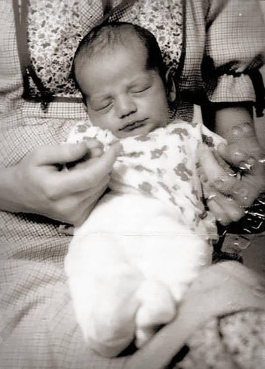 De foto uit het paspoort dat gebruikt is voor de illegale adoptie van Patrick Noordoven