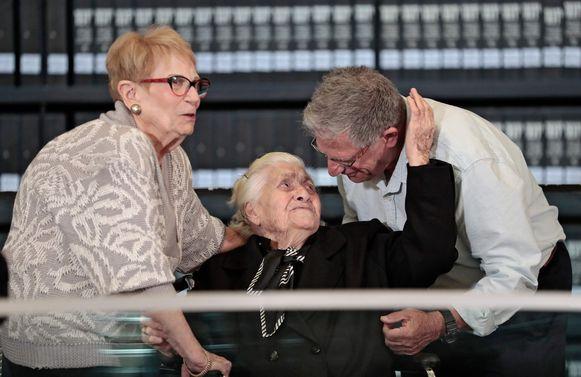 De Griekse Melpomeni Dina (92) hielp de familie Morechai onderduiken tijdens de Tweede Wereldoorlog. Yossi Mor (R) en zijn zus Sarah Yanai bedanken haar.