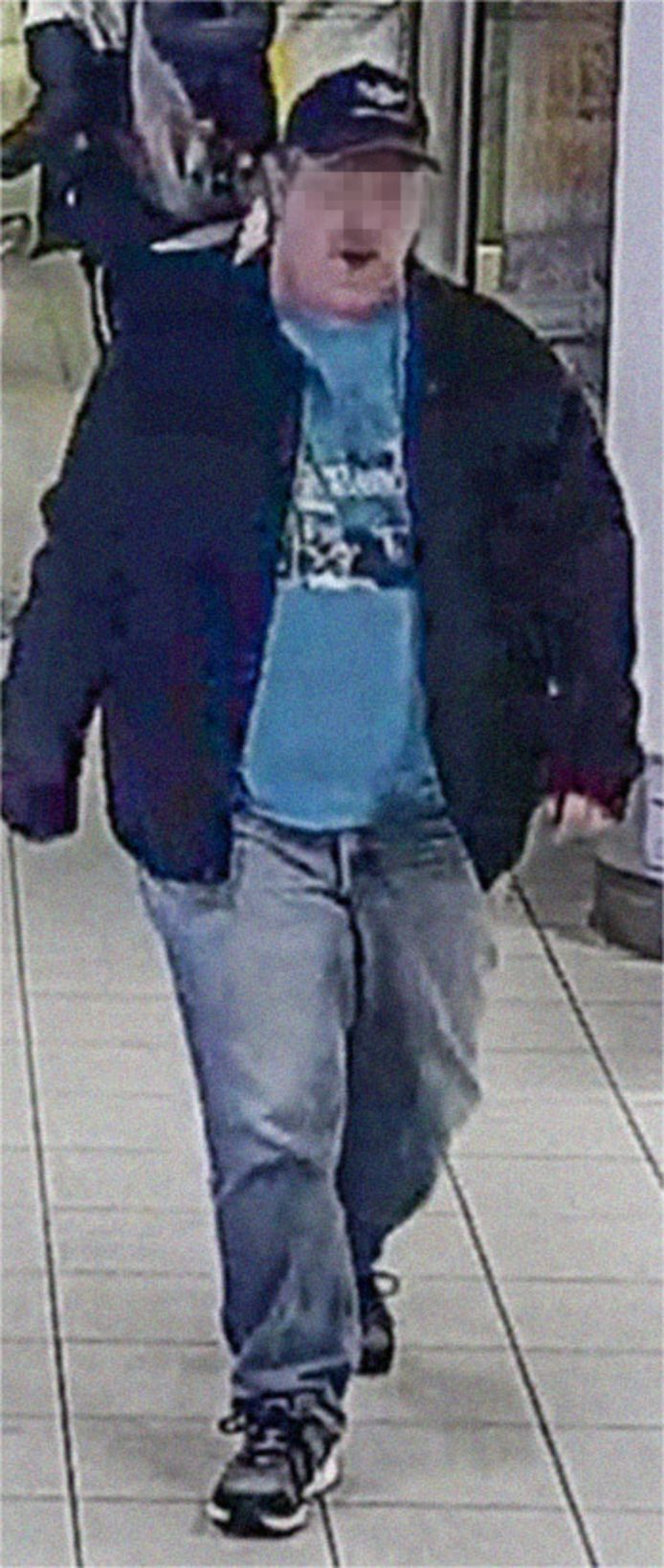 De verdachte man kwam waarschijnlijk zeer recent aan op Schiphol, blijkt uit camerabeelden.