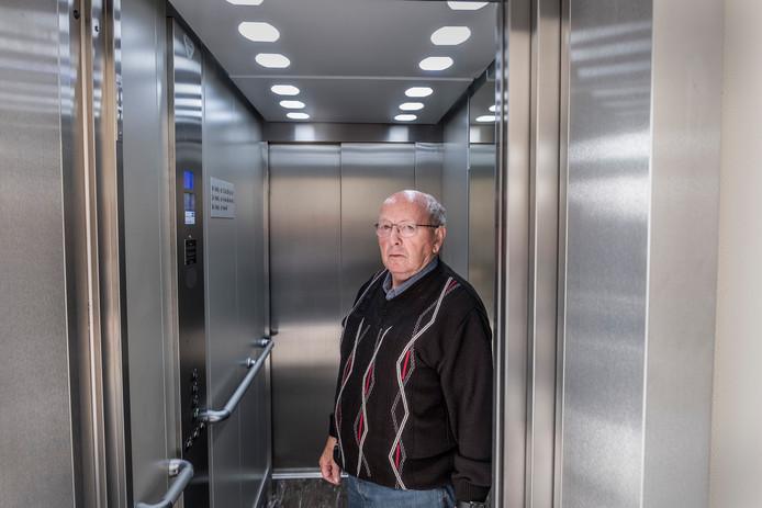John Bekker voelt zich niet op zijn gemak in de lift in zijn appartementengebouw.
