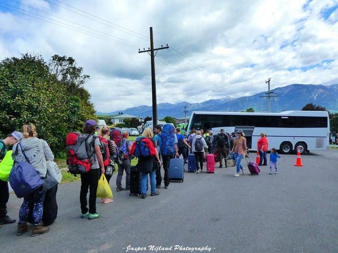 Toeristen in Kaikoura, Nieuw-Zeeland, werden vandaag in bussen vervoerd naar de haven, om naar het evacuatieschipt te worden gebracht. Foto Jasper Nijland