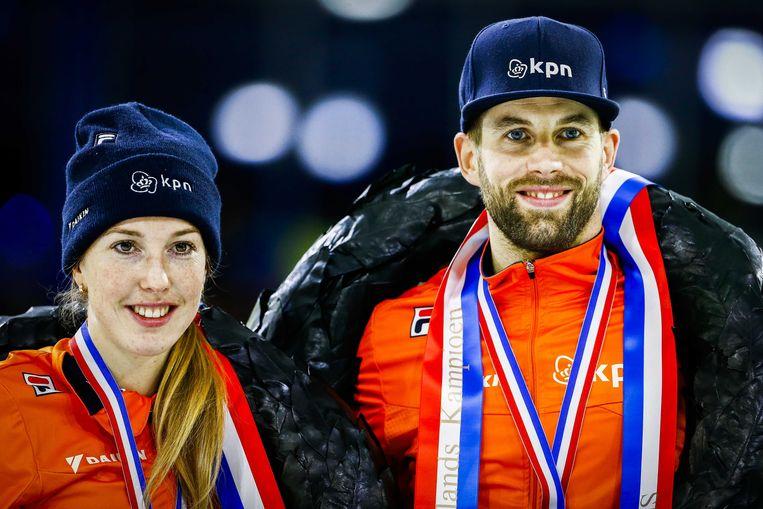 De nationale kampioenen Lara van Ruijven en Daan Breeuwsma op het erepodium in Thialf. Beeld ANP