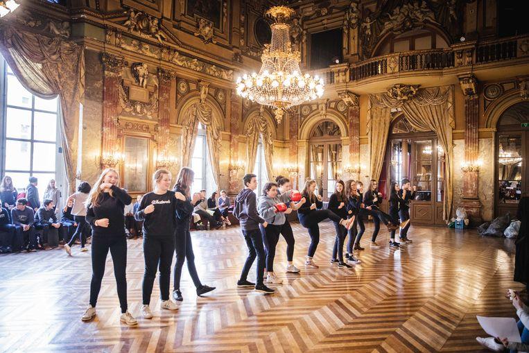 Leerlingen van het SFI Melle repeteren voor hun première in de Gentse Opera.