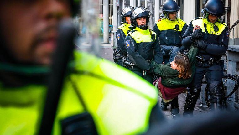 Een student wordt op vrijdag 28 september weggevoerd van het P.C. Hoofthuis. Beeld anp