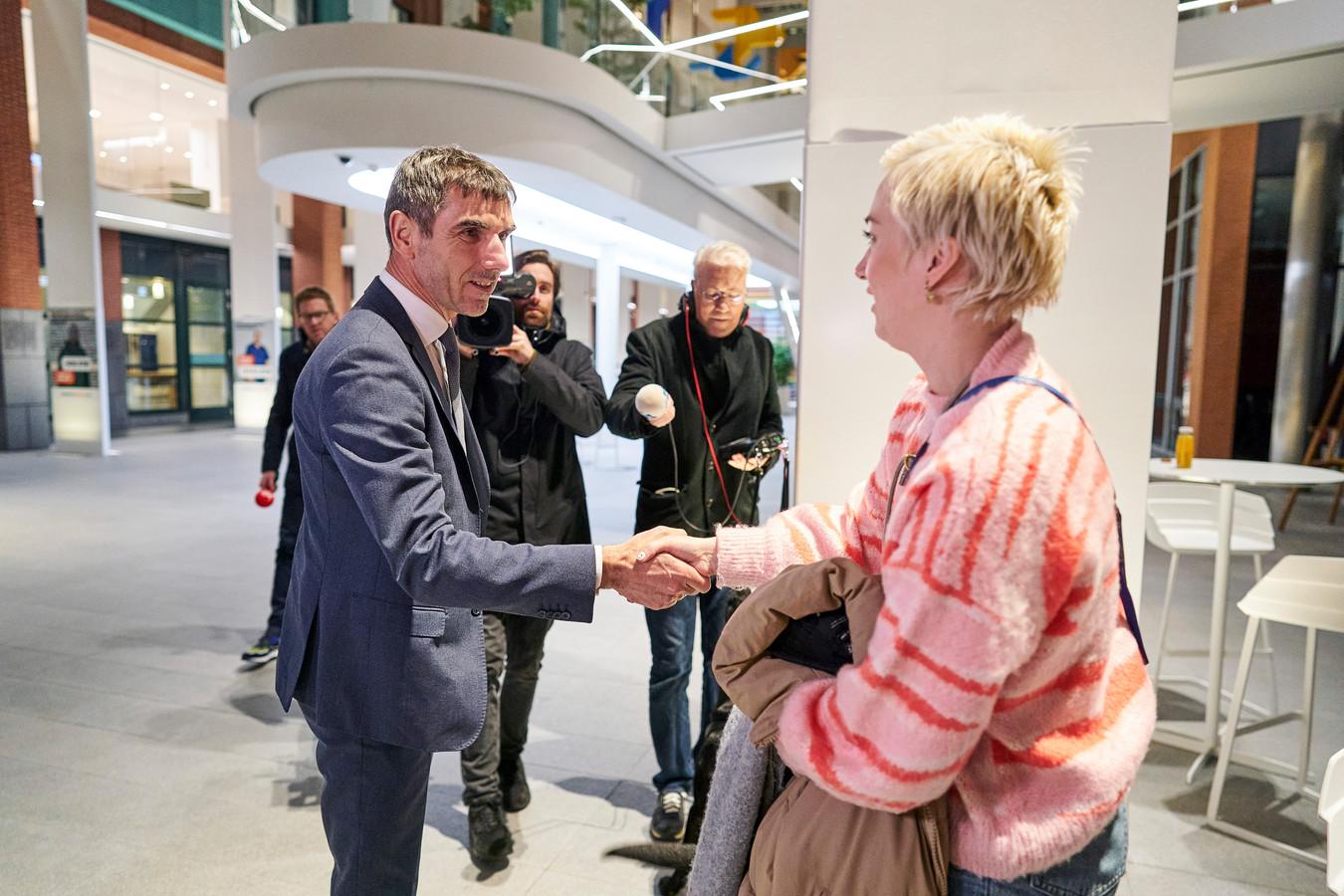 Staatssecretaris Paul Blokhuis van Volksgezondheid, Welzijn en Sport (ChristenUnie) ontvangt Charlotte Bouwman die aandacht vraagt voor die lange wachtlijsten binnen de ggz.