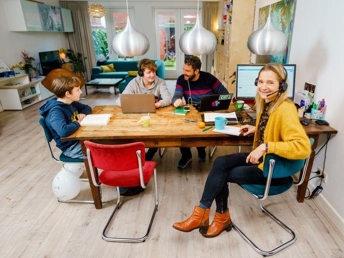 Juliette Bindenga, Alewijn Brouwer en hun kinderen Tristan en Karsten moeten het de komende weken thuis rooien met werk en onderwijs.