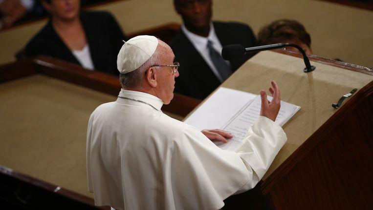 Elke ochtend hangt paus Franciscus, in zijn eigen woorden, tegen het altaar aan in de kapel van Casa Santa Marta, waar hij woont. Beeld anp