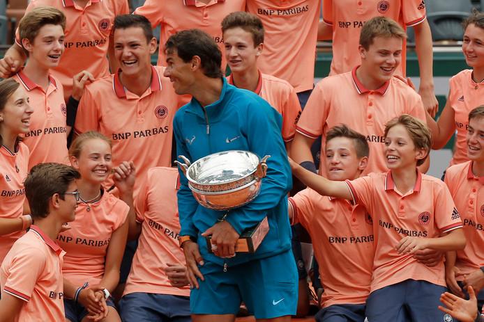 Rafael Nadal met de ballenjongens en -meisjes.