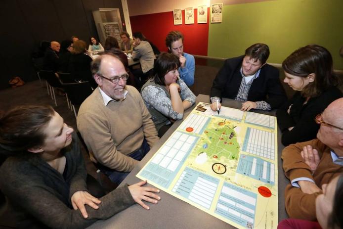 In Moti werd gisteravond een tussenstand gegeven van 'Breda Begroot' , waarbij inwoners van Breda zelf bepalen waar de gemeentelijke euro's heen gaan. In Prinsenbeek hebben ze er een kaart voor ontworpen. Bedenker Marc van Oosterbosch lichtte de kaart zelf toe.