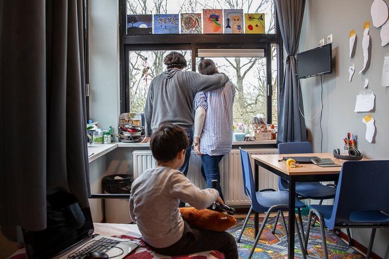 Bewoners van een asielzoekerscentrum in Assen. Beeld Harry Cock